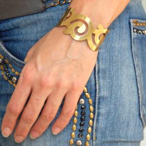 Curl Bracelet Brass matte on model 2 620x421